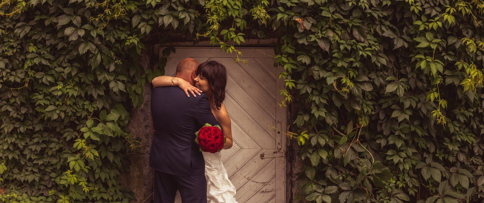 Ślubna sesja fotograficzna na zamku w Oporowie